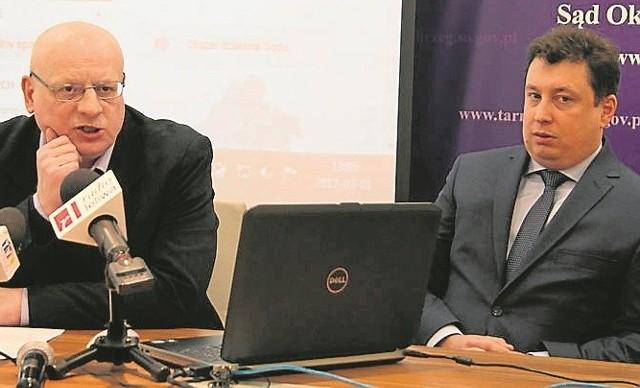 """Wyniki pracy sądów przedstawili prezes """"okregówki"""", sędzia Szymon Rożek (z prawej) i rzecznik prasowy, sędzia Marek Nowak"""