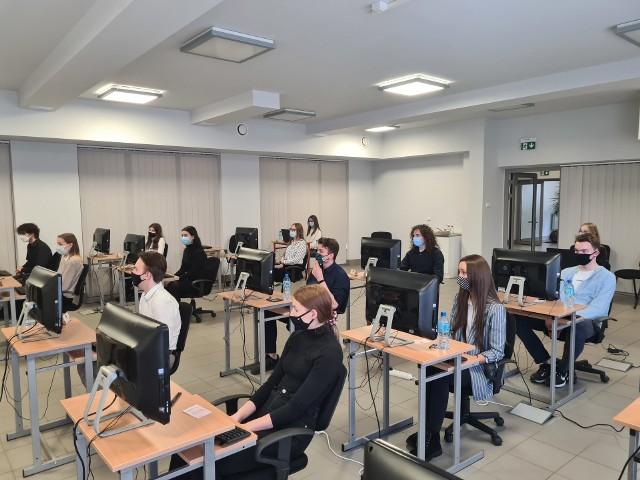 Olimpiada Wiedzy i Umiejętności Handlowo-Menedżerskich w Technikum nr 1 (CKZiU) w Sosnowcu.Zobacz kolejne zdjęcia. Przesuń zdjęcia w prawo - wciśnij strzałkę lub przycisk NASTĘPNE