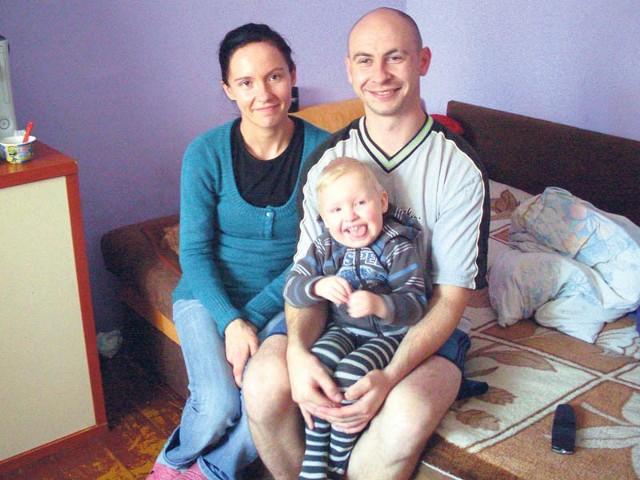 Aneta i Łukasz Mackiewiczowie i ich synek Marcel.