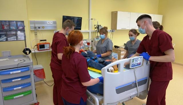 Studenci drugiego roku kierunków pielęgniarstwo i ratownictwo medyczne odbywają zajęcia praktyczne w Monoprofilowym  Centrum Symulacji Medycznej.