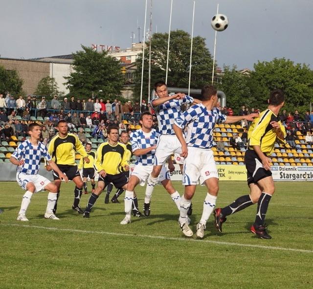 Fragment meczu Błękitnych Stargard w III lidze. Ich grający trener Robert Gajda jest za tym, aby w tym sezonie grało trzech młodzieżowców w podstawowym składzie.