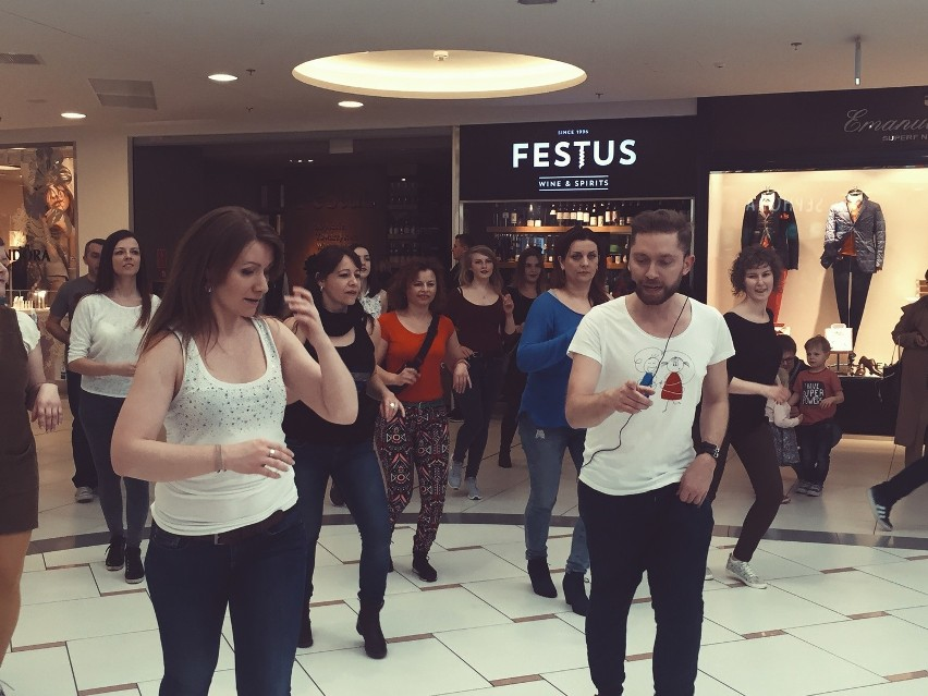 Taneczny flash mob w CH Klif w Gdyni [ZDJĘCIA, WIDEO]