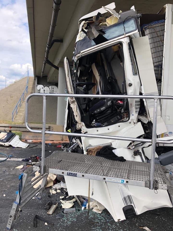 - Jeden z kierowców został uwolniony za pomocą narzędzi...