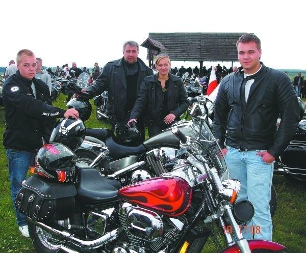 Francizek Średziński na zlocie w Jedwabnem z rodziną, z żoną i dwoma synami, którzy podzielają jego motocyklową pasję