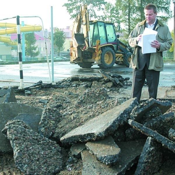 - Przed zimą będzie nowe, bezpieczne dla uczniów boisko - mówi Andrzej Rafało, dyrektor ZSOiZ