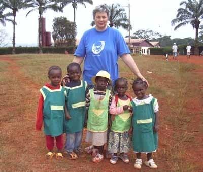 Siostra Danuta z przedszkolakami przed stacją misyjną w Esseng w Kamerunie