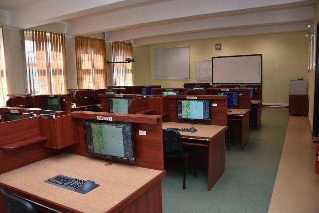 Nowy symulator do szkolenia morskiego WECDIS wzmocnił potencjał dydaktyczny CSMW.W marcu 2019 r. w Centrum Szkolenia Marynarki Wojennej w Ustce, w Cyklu Nawigacji i Uzbrojenia Okrętowego, wprowadzono do użytku symulator systemu WECDIS TRANSAS NAVI-SAILOR 4100.System WECDIS (Warship Electronic Chart Display and Information System – Okrętowy System Informacji oraz Zobrazowania Elektronicznych Map Nawigacyjnych) jest systemem przetwarzania informacji nawigacyjnych oraz wyświetlania ich na elektronicznych mapach morskich. Wykorzystując dodatkowo dane o ruchu okrętu, jego pozycji, kursie oraz prędkości wspomaga oficera wachtowego w manewrowaniu jednostką, planowaniu i zarządzaniu trasą, tym samym wydatnie podnosząc poziom bezpieczeństwa. Obecnie, mapy elektroniczne są nieodzownym narzędziem pracy nawigatora oraz oficera wachtowego, sukcesywnie zastępując tradycyjne mapy papierowe.WECDIS TRANSAS NAVI-SAILOR 4100 jest najnowszym produktem firmy Transas Marine. Składa się ze stanowiska instruktora oraz 16 stanowisk dla szkolonych. W kursie trwającym 5 dni marynarze uczą się obsługi interfejsu systemu, planowania i monitorowania trasy, ustawiania parametrów bezpieczeństwa, odczytywania i interpretacji danych z urządzeń peryferyjnych oraz podstawowych funkcji typowo militarnych.Oglądaj także: Kmdr ppor Robert Biernaczyk o Centrum Szkolenia Marynarki Wojennej w Ustce - wideo archiwum