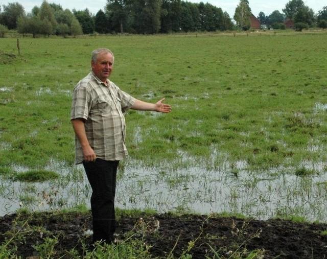 Waldemar Fedyszyn z Czartowa to jeden z wielu poszkodowanych rolników z gminy Krzeszyce. Hoduje krowy, a z powodu zalanych łąk nie zebrał siana. Nie wie, czym będzie karmił zwierzęta.