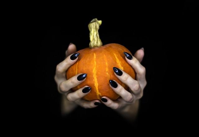 Jakie paznokcie na Halloween będą świetnym pomysłem? Wśród kolorów prym wiedzie m.in. czerń i czerwień. Mówiąc zaś o wzorach nie można zapomnieć o dyniach, pajęczynach czy nietoperzach. To tylko niektóre z inspiracji na paznokcie na Halloween. Jeśli poszukujecie inspiracji, zajrzyjcie do galerii!
