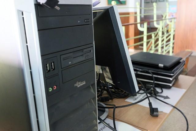 Niektórzy uczniowie bardzo potrzebują komputerów. W szkołach prowadzono zbiórki używanego sprzętu, ale potrzeby są znacznie większe