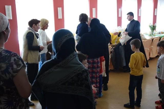 Łódzka Caritas wybrała się z pomocą do uchodźców w podłódzkich Grotnikach. Przed Wielkanocą przywiozła mieszkańcom ośrodka dla cudzoziemców podarunki.Jak przebiegła wizyta? CZYTAJ NA NASTĘPNYCH SLAJDACH