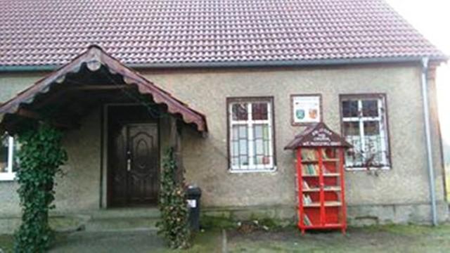 Pierwsza w okolicy biblioteka pod chmurką stanęła właśnie we wsi Jemiołów. Jak mówią mieszkańcy, to najpiękniejsza wioska w Polsce. Bibliotekę tworzą sami mieszkańcy wsi. Mogą oni przynosić do specjalnie przygotowanej szafki własne książki, w ten sposób dzieląc się nimi z innymi mieszkańcami. Jak widać, idea bookcrossingu zawitała nawet do małych miejscowości i wsi.Przeczytaj również: http://www.gazetalubuska.pl/wiadomosci/gorzow-wielkopolski/a/ida-swieta-w-centrum-gorzowa-licealisci-spiewaja-koledy-wideo-zdjecia,11608392/