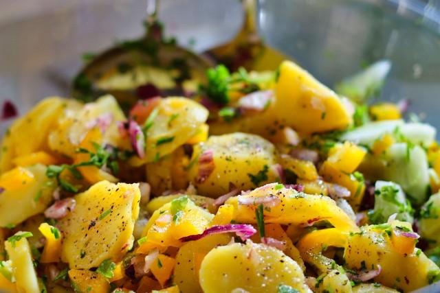 Sałatka warzywna z ziemniakami w składzie jest powszechnie znana, a może być też zdrowsza, gdy warzywa polejemy oliwą z oliwek, sosem vinaigrette z musztardą, posypiemy ziołami i przyprawami, zamiast dokładać majonezu.