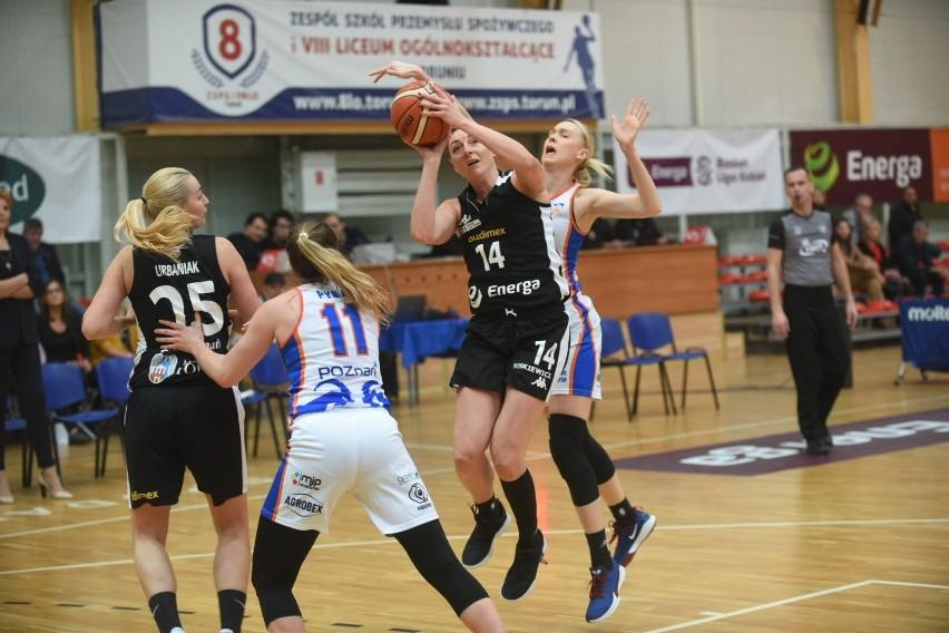 Energa Toruń uległa Enea AZS-owi Poznań 79:83. Zwycięstwa nie ma, ale i tak trzeba zaznaczyć, że tak blisko sukcesu w tym sezonie Katarzynki jeszcze nie były.Torunianki wygrały pierwszą kwartę i prowadziły różnicą 9 punktów. W kolejnych 10 minutach rywalki z nawiązką odrobiły straty, ale mecz i tak był zacięty do końca.Najwięcej punktów dla Energi zdobyła Emilia Tłumak - 22. Kapitan drużyny trzykrotnie trafiła za trzy.Energa Toruń - Enea AZS Poznań 79:83 (28:19, 17:32, 21:17, 13:15)Energa: Tłumak 22 (3), Scekić 14 (2), Grigorieva (3), Urbaniak 8 (2), Dedić 5 oraz Podkańska 8, Dobrowolska 6 (1), Wieczyńska 4 (1)POLUB NAS NA FACEBOOKU Nie wiesz, jak skorzystać z PLUSA? Kliknij TUTAJ;nf, a dowiesz się więcej![lista][*] Co dostanę w ramach abonamentu?;nf[*] Dlaczego mam płacić za treści w sieci?;nf[*] Najczęstsze pytania;nf[/lista]