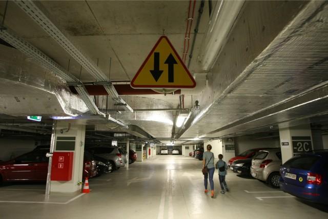 Parkowanie pod Narodowym Forum Muzyki we Wrocławiu tylko do końca kwietnia za darmo. Później już z podwyżkami.