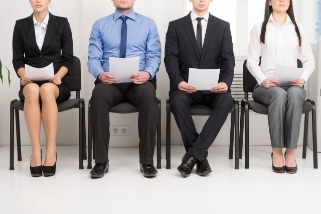 Rozmowa rekrutacyjna ma przestać być postrzegana jako stresujący sprawdzian. To spotkanie, podczas którego strony mają się poznać, określić swoje oczekiwania odnośnie zatrudnienia, warunków pracy i finansówJakich pytań należy się spodziewać? Sprawdź na kolejnych slajdach naszej galerii.