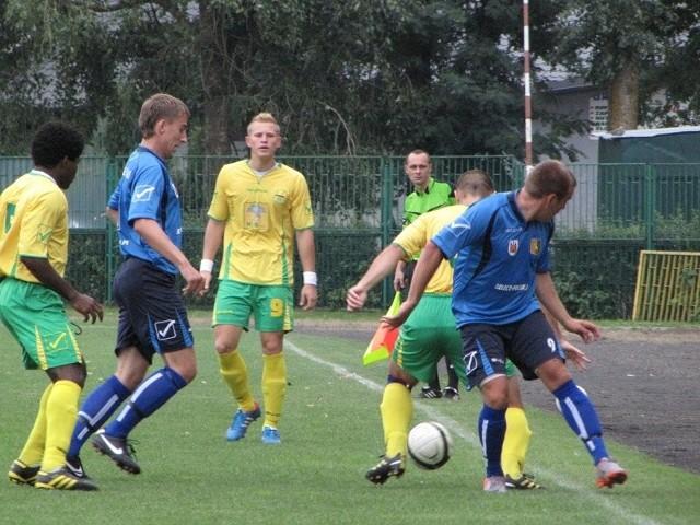 Arkadiusz Ciach (trzeci od lewej) mając udział we wszystkich trzech golach potwierdził swoją bardzo dobrą dyspozycję.