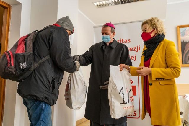 Abp. Wojda rozdawał paczki dla potrzebujących w sopockim Caritasie.