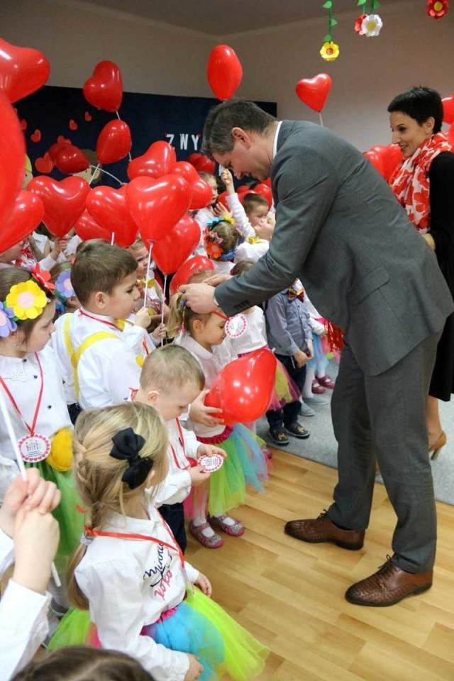 Medale wręczył przedszkolakom wiceburmistrz Krzysztof Reinert.
