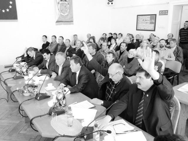 Dyskusji na sali i głosowaniu radnych przyglądali się pracownicy spółki. Gdy zapadła decyzja o cofnięciu likwidacji, zaczęli głośno bić brawo. (fot. Radosław Dimitrow)