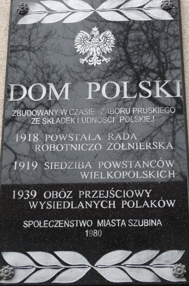 Tablica na byłym Domu Polskim w Szubinie upamiętnia wysiedlonych  mieszkańców powiatu.