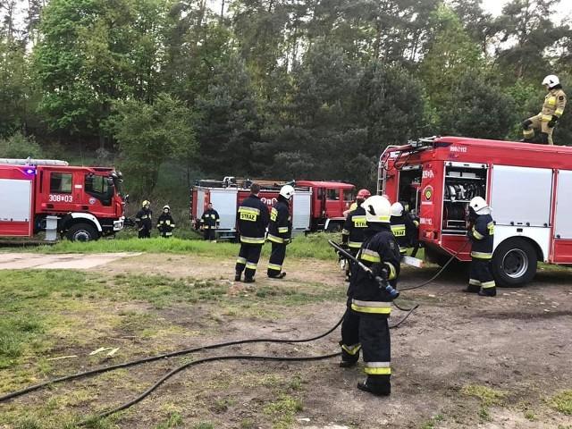 To pożaru kurnika w podgorzowskiej miejscowości Jenin doszło w sobotę, 2 maja. Na miejsce przyjechały zastępy zawodowej i ochotniczej straży pożarnej. Pożar wybuchł po godzinie 18. Walczyło z nim kilka zastępów strażaków. Ogień udało się ugasić, jednak nie obyło się bez strat materialnych. Zdaniem strażaków prawdopodobną przyczyną pożaru było zwarcie w instalacji elektrycznej.