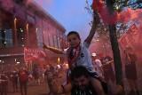 Race, flary i śpiewy. Feta kibiców Liverpoolu po zdobyciu mistrzostwa Anglii [GALERIA, WIDEO]