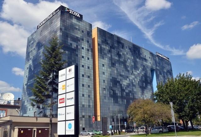 Strażacy gasili pożar w budynku Media Hub przy ul. Łąkowej w Łodzi, w którym mieści się  nowoczesny biurowiec  oraz hotel Double Tree by Hilton.