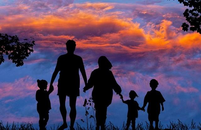 Ile trzeba wydać na wychowanie jedynaka, a ile dwójki lub trójki dzieci. Zobacz wyliczenia ekspertów, ale też opinie Polaków na temat rodzicielstwa. ZOBACZ NA KOLEJNYCH SLAJDACH