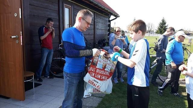 Gospodarz imprezy Piotr Plaskota przygotował dla dzieci paczki.