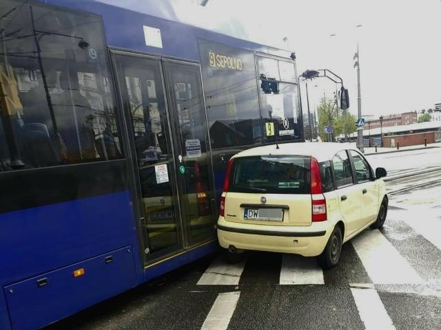 Według wstępnych ustaleń winną spowodowania kolizji jest starsza kobieta kierująca samochodem