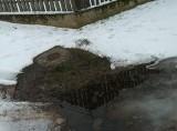 Nożewo. Woda leje się z wodociągu. W mroźne dni zamarzała na drodze przez wieś. To już trwa kilka miesięcy - alarmuje czytelnik. Zdjęcia