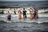 Niedziela na plaży w Mielnie. W Bałtyku kąpały się morsy [ZDJĘCIA]