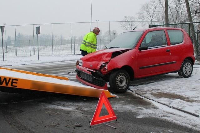 Rozbite seicento zabrała pomoc drogowa.