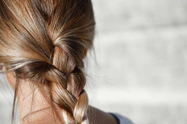 Warkocze dodają fryzurze elegancji i szyku, w dodatku są niezwykle dziewczęce