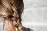 Niezwykle proste do ułożenia fryzury z warkoczem. Takimi upięciami zachwycisz wszystkich [INSPIRACJE I ZDJĘCIA] 17.08.21