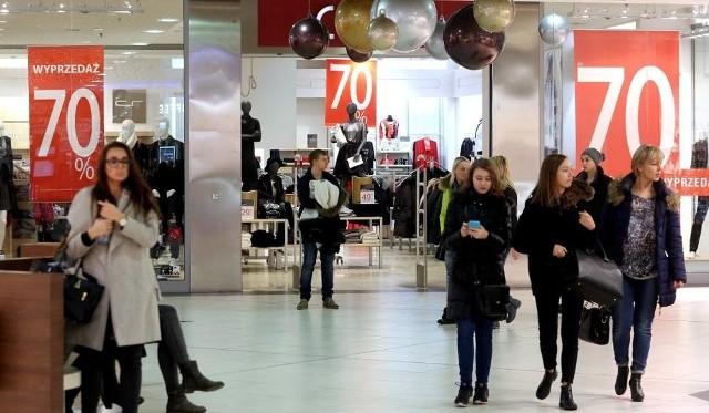 Poświąteczne wyprzedaże ściągają tłumy ludzi do butików w centrach handlowych