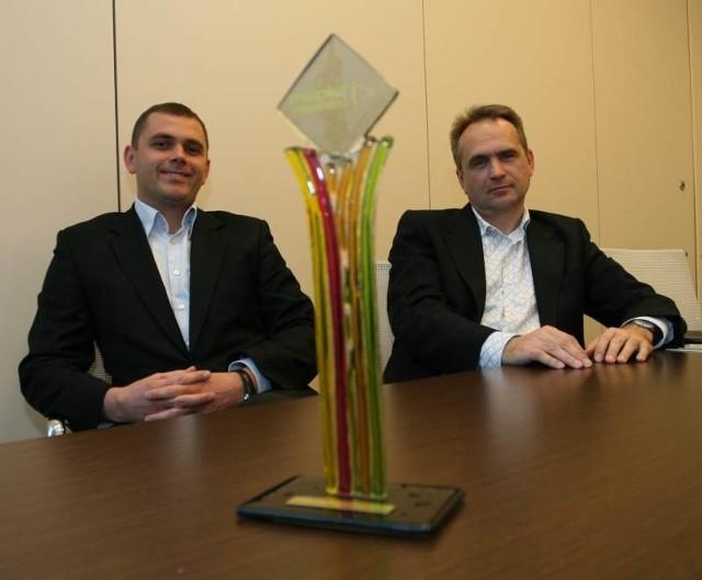 Marek Gładki, head of leasing team Działu Centrów Handlowychi i Wojciech Gepner, rzecznik prasowy Echo Investment przywieźli z Cannes statuetkę dla Galerii Echo za zwycięstwo w konkursie Mapic Awards, wykonaną z oryginalnego szkła artystycznego.