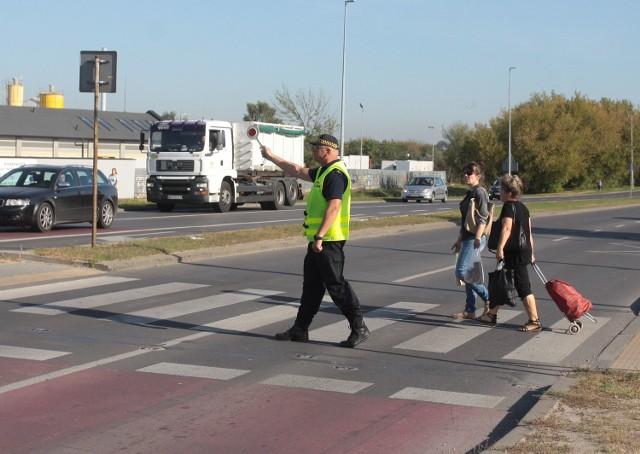 Radom. Akcja Straży Miejskiej na przejściu dla pieszych na ulicy Szarych Szeregów.