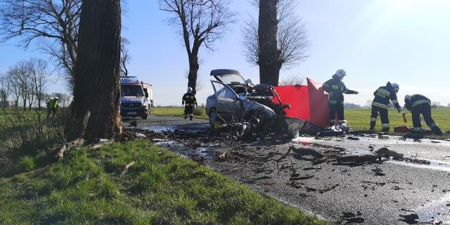 Śmiertelny wypadek w miejscowości Głogowiniec na drodze wojewódzkiej nr 241. W sobotę (18 kwietnia) w godzinach porannych samochód osobowy marki Skoda Octawia uderzył w drzewo. Więcej informacji w dalszej części galerii >>>Zobacz materiał wideo z miejsca zdarzenia.