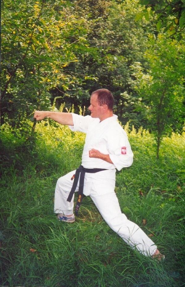 Miłośnik wschodnich sztuk walki robi wyprawy  do pobliskich lasów.