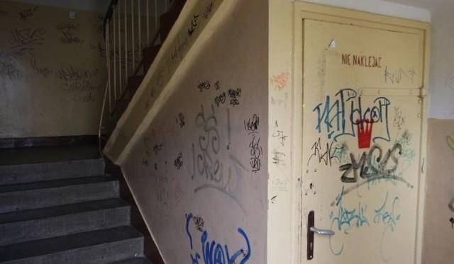 Makabrycznego odkrycia dokonała w poniedziałek o świcie jedna z mieszkanek budynku przy ul. Dąbrowskiego w Pabianicach. Na klatce schodowej swojego bloku odnalazła martwego sąsiada. 38-latek prawdopodobnie nie żył od kilku godzin. Kobieta wezwała pomoc. - Istniało podejrzenie, że mężczyzna jest pijany i stracił przytomność. Dyżurny wysłął na miejsce patrol funkcjonariuszy- informuje Sławomir Brzeszkiewicz z pabianickiej straży miejskiej. - Okazało się jednak, że 38-latek nie żył, prawdopodobnie od kilku godzin. Czytaj na kolejnym slajdzie