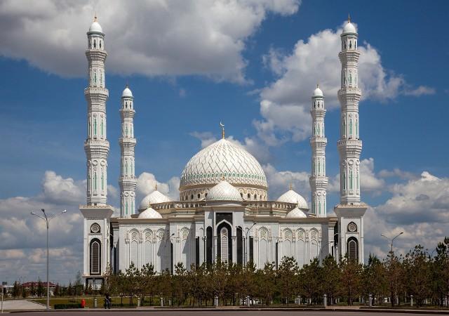 Imponujący meczet sułtana Hazreta jest jednym z najpiękniejszych meczetów Kazachstanu i słynną atrakcją stolicy Nur-Sułtan. (foto: Pixabay)