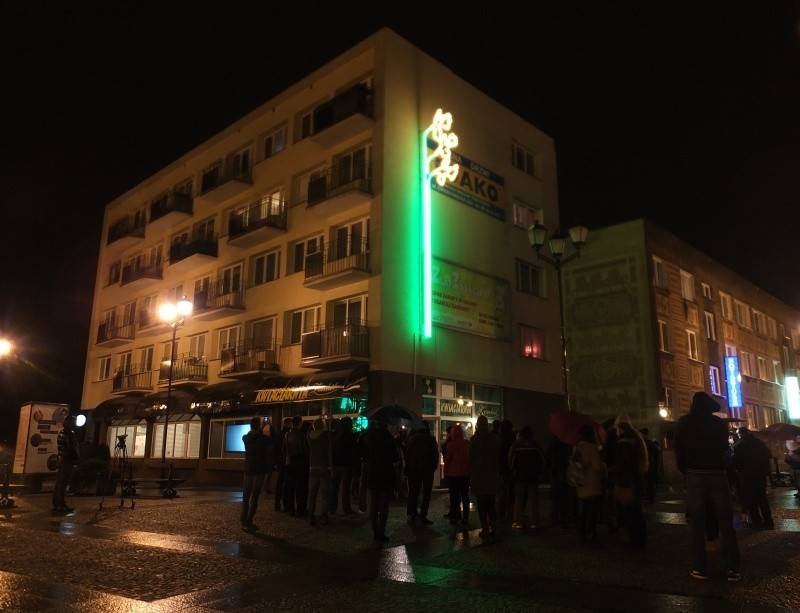 Neon znajduje się nad kwiaciarnią w kamienicy przy ul....