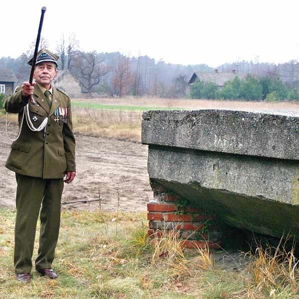 """Aleksander Rusin, ps. """"Rusal"""", dowódca oddziału AK. Podczas wojny miał za zadanie zdobywać informacje o tajnych wyrzutniach V-1 i V-2, które Niemcy umieścili w okolicach Pustkowa i Blizny (w powiatach sędziszowskim i dębickim)."""