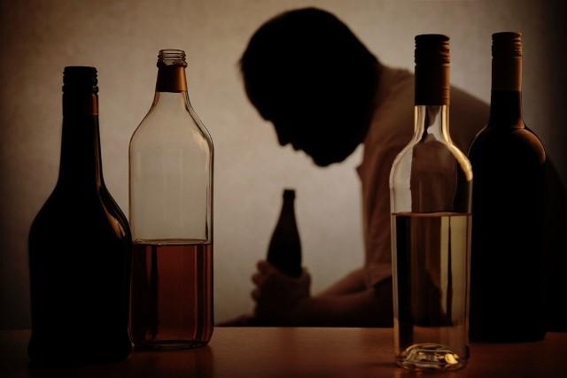 W leczeniu alkoholizmu zastosowanie wszywki alkoholowej jest jednym z elementów terapii. Esperal jest nazwą handlową disulfiramu, substancji upośledzającej działanie enzymu niezbędnego do metabolizowania alkoholu. Nazwa handlowa oznacza, że każdy producent leków może produkt z daną substancją czynną, w tym wypadku disulfiramem, nazwać inaczej. Inna nazwa handlowa to Anticol.