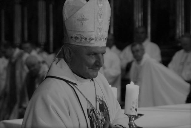Jak poinformowała Kuria Diecezji Kaliskiej, msza święta żałobna w intencji zmarłego biskupa Edwarda zostanie odprawiona w katedrze pod wezwaniem św. Mikołaja w Kaliszu we wtorek, 28 września o godz. 16.