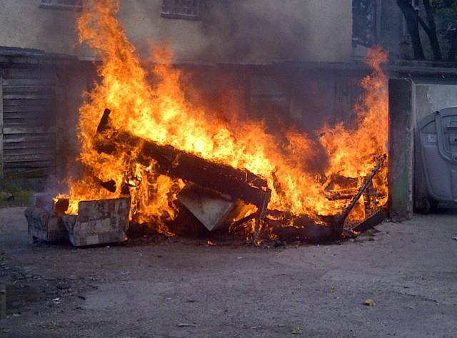 Ktoś podpalił stare meble na ul. Śląskiej.