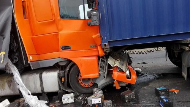 Wypadek na DK1 w Kamieńsku pod Radomskiem. Zderzenie 3 samochodów ciężarowych. Jedna osoba ranna