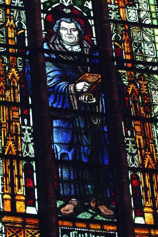 Witraż z Marcinem Lutrem jest za ołtarzem, po lewej stronie